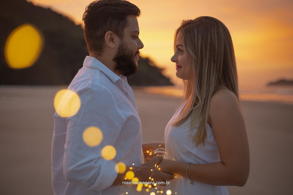 ensaio de casal na praia ao nascer do sol em Juquehy litoral norte de sp são sebastião, @RossinisImagens