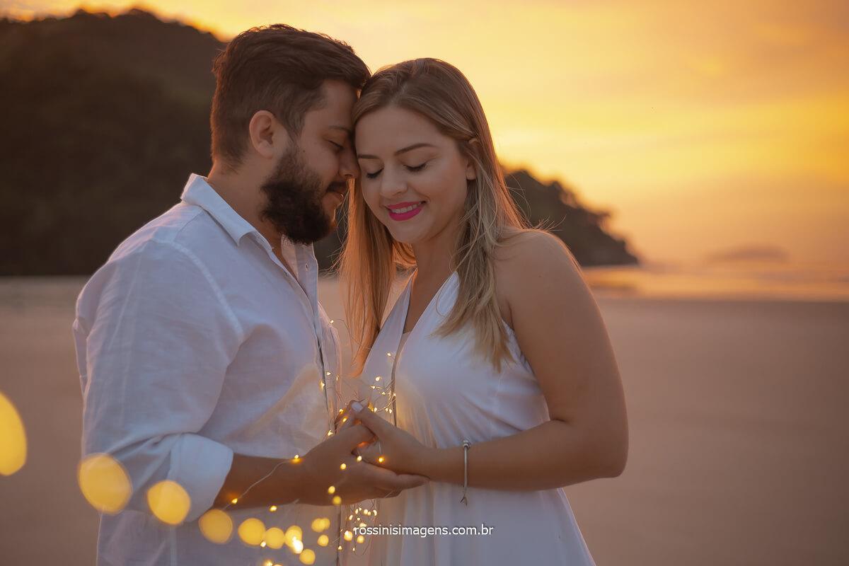 casal na praia ao nascer do sol, dia incrível para ensaio na praia, @RossinisImagens