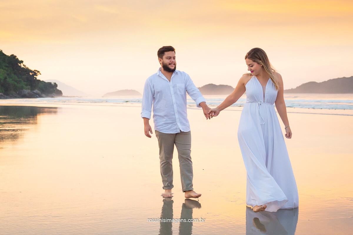 casal caminhando na beira da praia ao nascer do sol na praia de juquei em são sebastião, @RossinisImagens