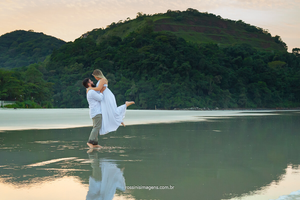 noivo levantando a noiva na beira do mar na praia de juquehy em são sebastião, @RossinisImagens
