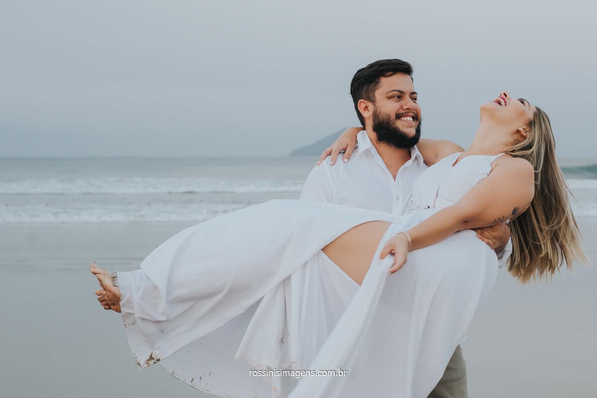 noivo com a noiva no colo em ensaio fotográfico pre casamento na praia, @RossinisImagens
