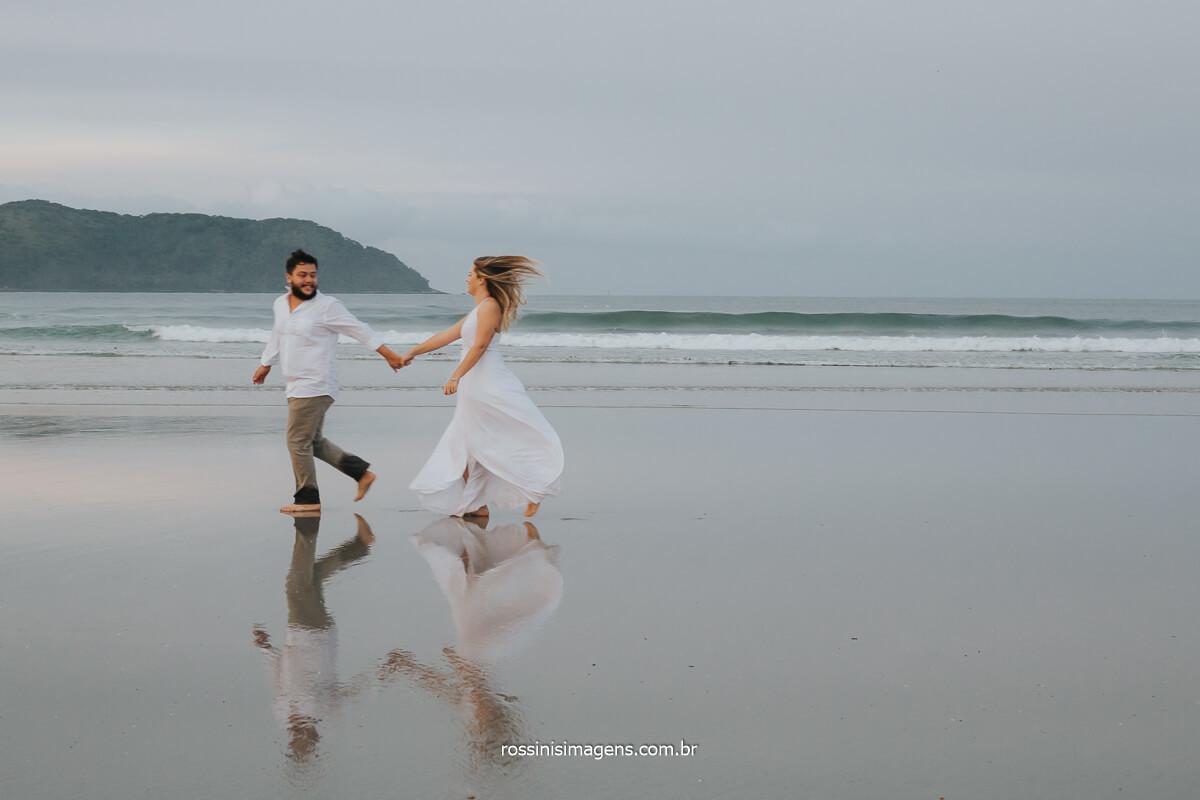 ensaio fotográfico na praia casal correndo, @RossinisImagens