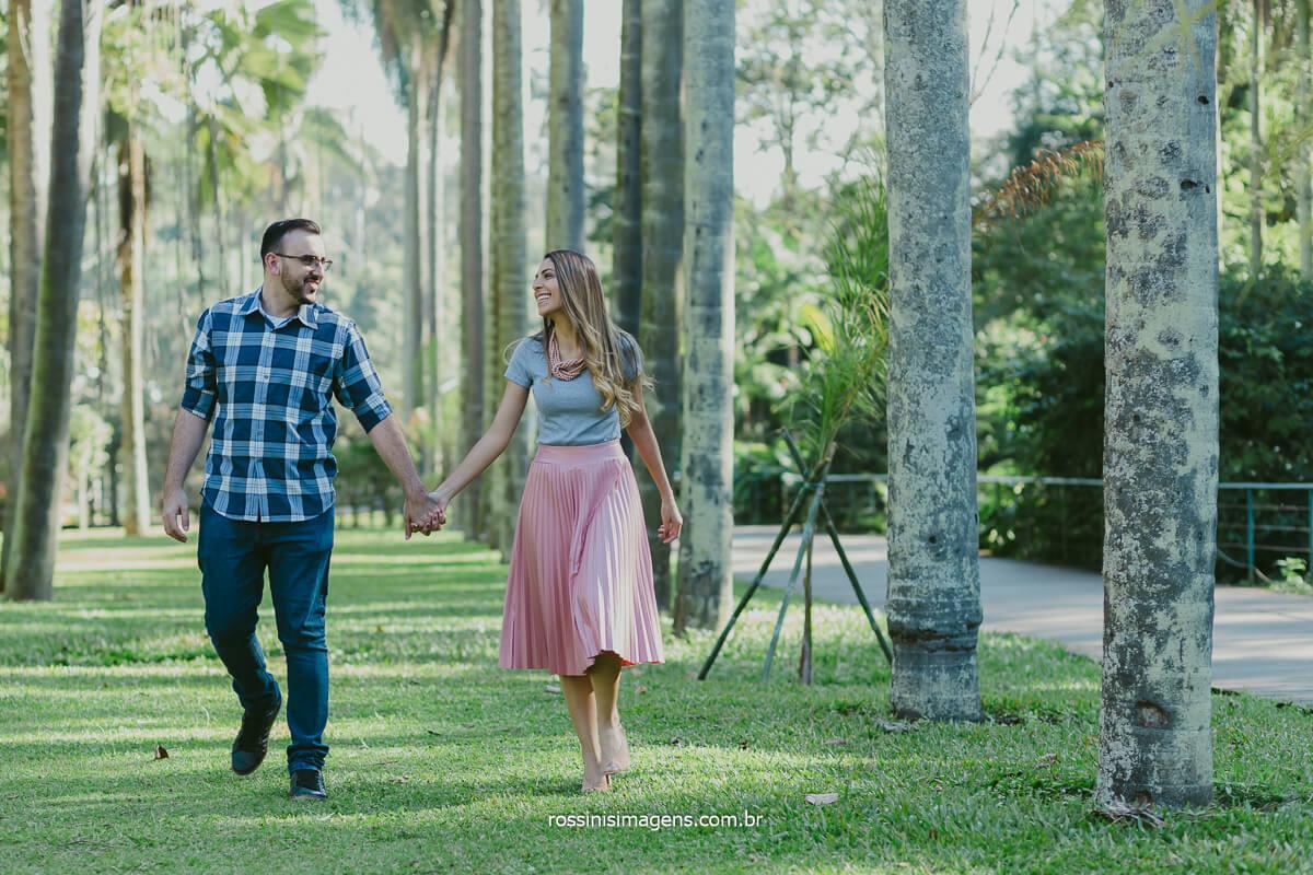 casal caminhando no jardim botânico de são paulo, ensaio pre casamento, @RossinisImagens