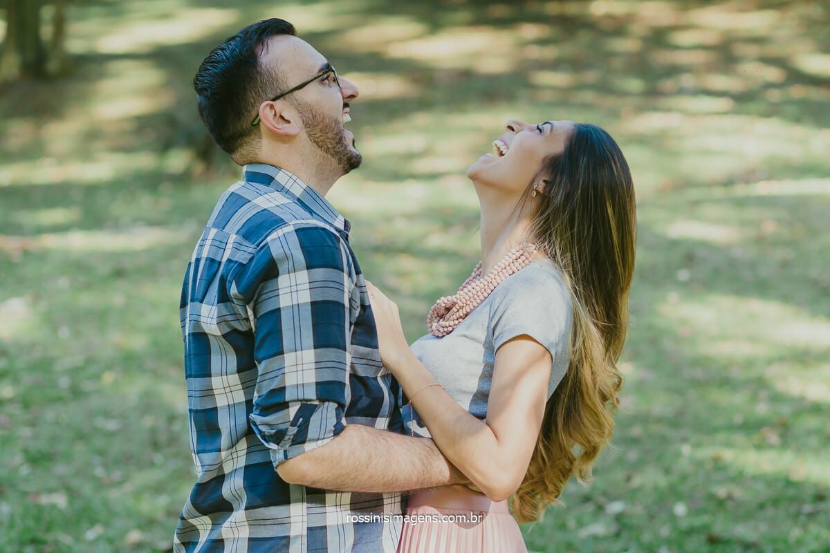 noivo brincando com a noiva no jardim em são paulo, @RossinisImagens