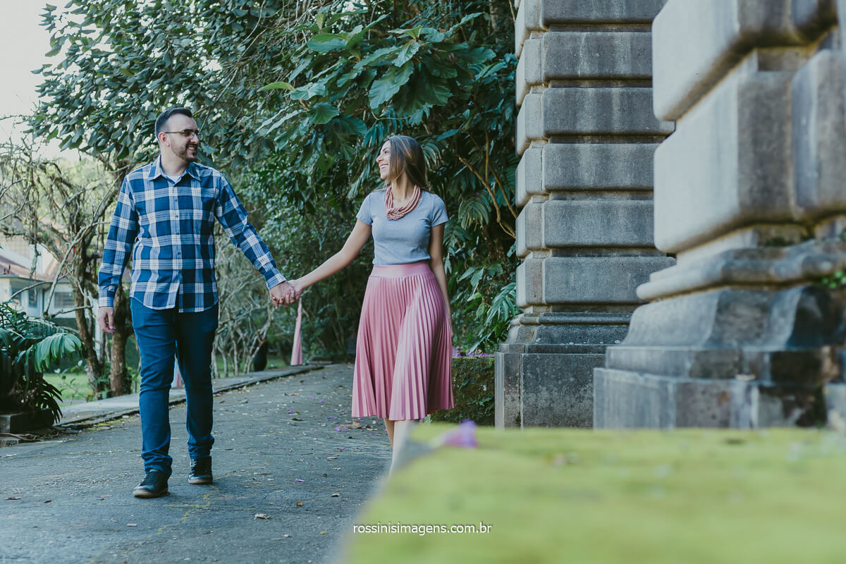 fotografia de ensaio de casal, noivo e noiva caminhando pelo jardim do jardim botânico de são paulo e você onde será seu ensaio pre casamento? @RossinisImagens