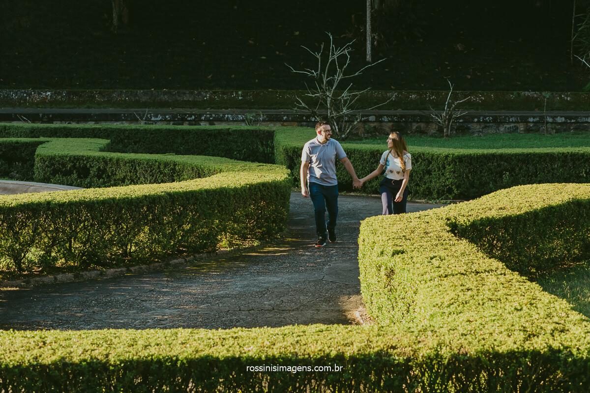casal caminhando no jardim botânico, no labirinto, @RossinisImagens