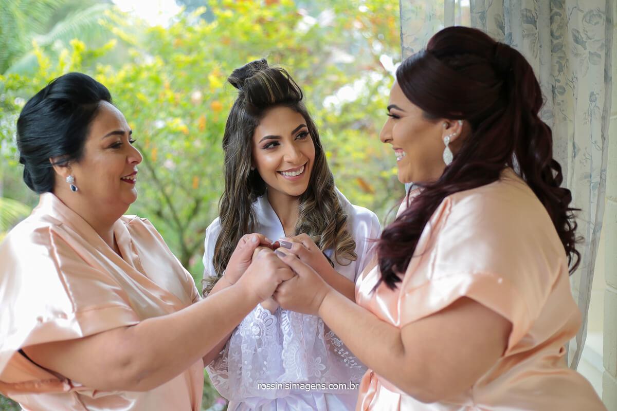 as mulheres da família unidas juntas em momento único antes da cerimonia de casamento no espaço balboa, @RossinisImagens