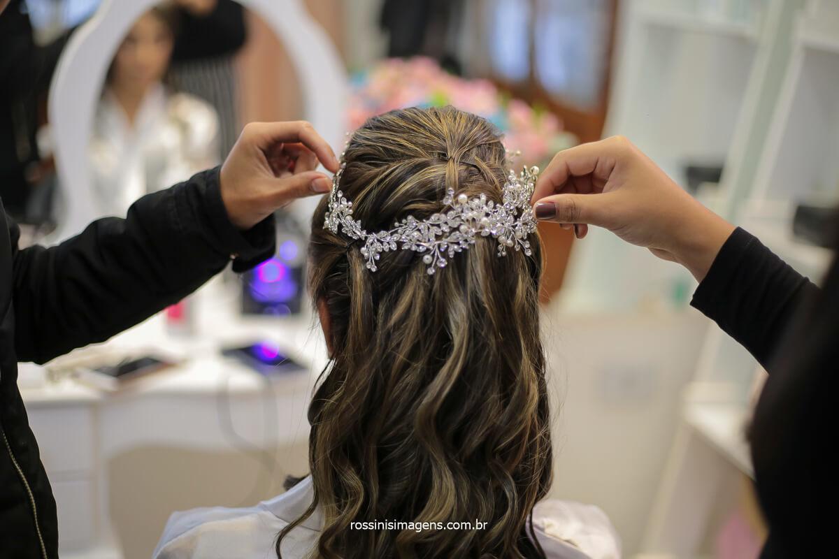colocando a tiara de cabelo da noiva, cabelo longos penteado solto, @RossinisImagens