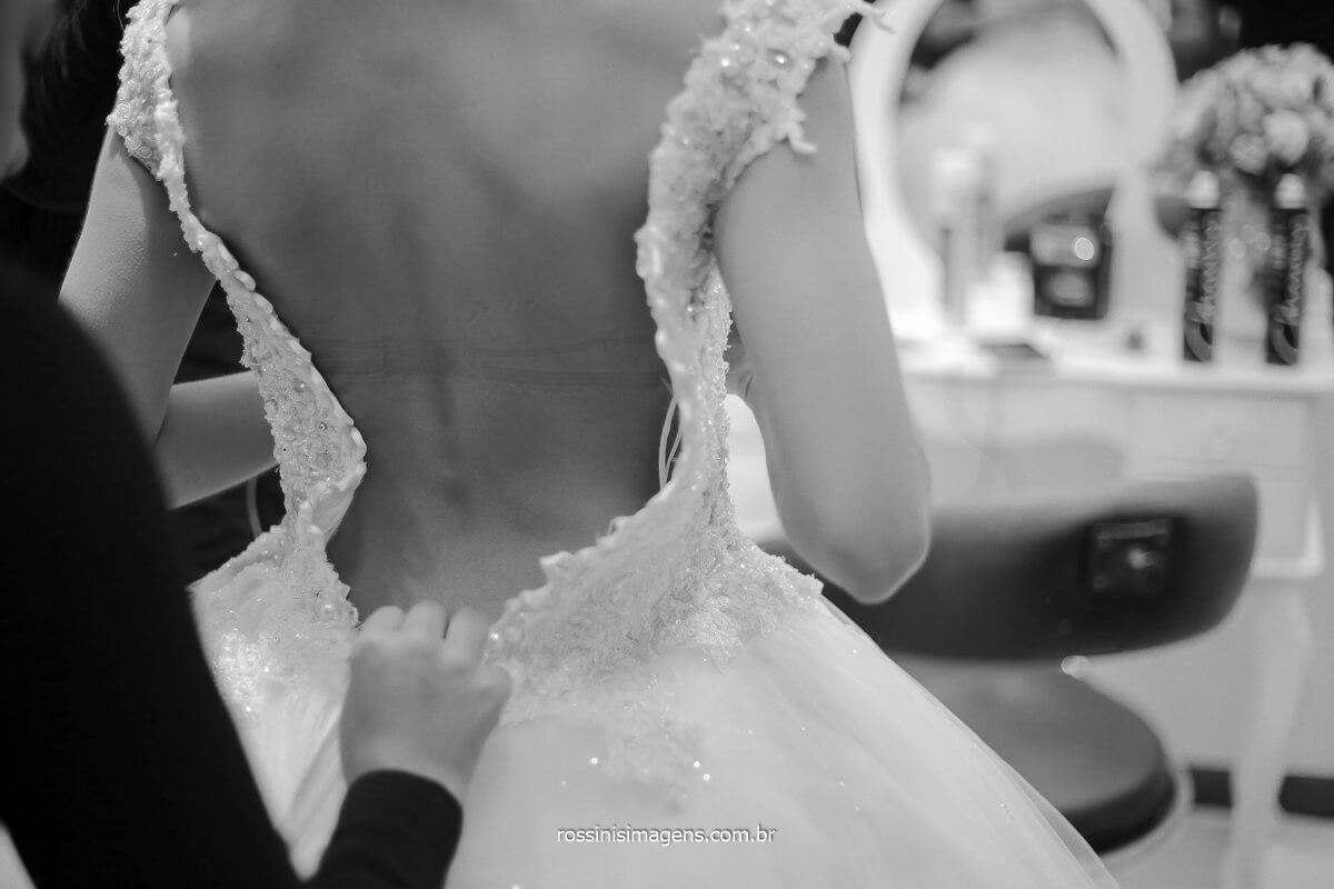 colocando o vestido em noiva, dia de casamento, @RossinisImagens