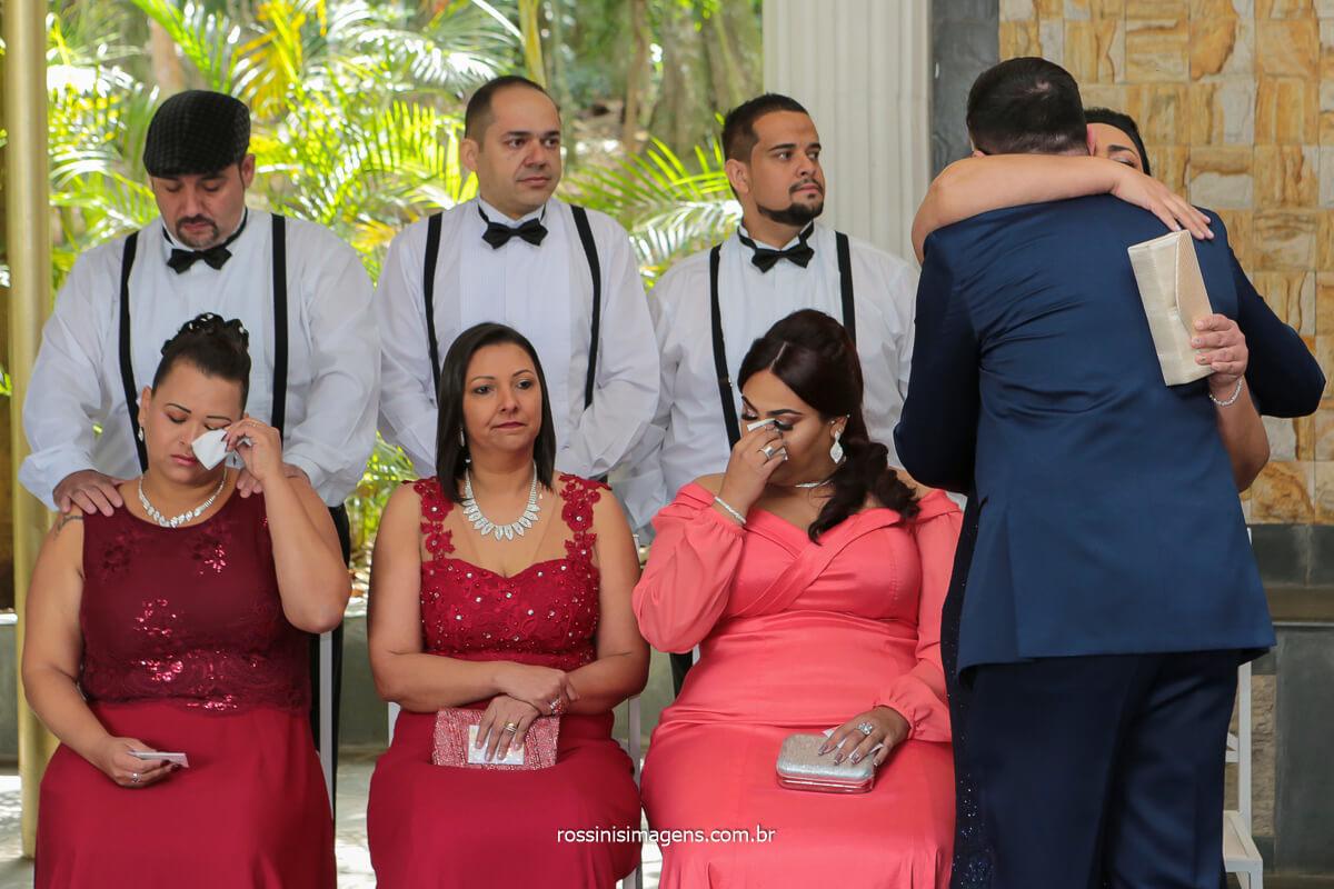 noivo cumprimentando a sogra e a irmã e as madrinhas emocionadas, @RossinisImagens