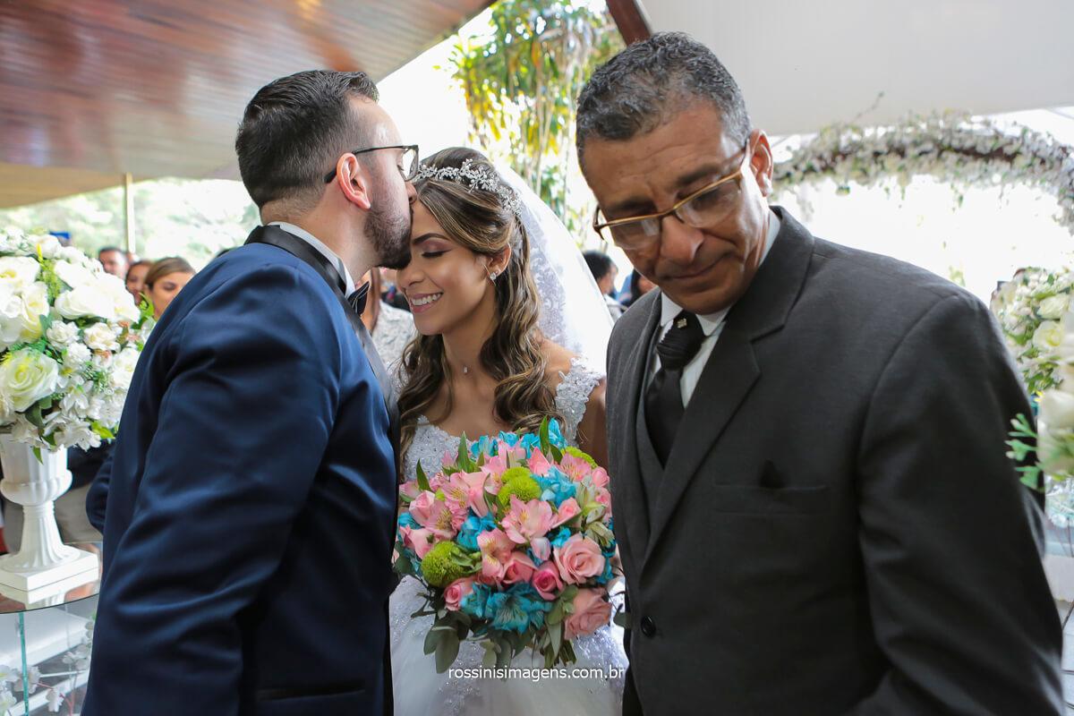 noivo recepcionando a noiva no altar no casamento em espaço balboa serra da cantareira - sp, @RossinisImagens