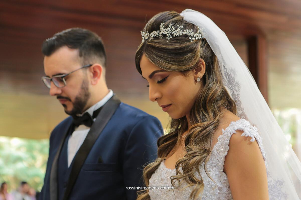 noivos em momento de oração casamento no espaço balboa em Mairiporã na serra da cantareira,   @RossinisImagens