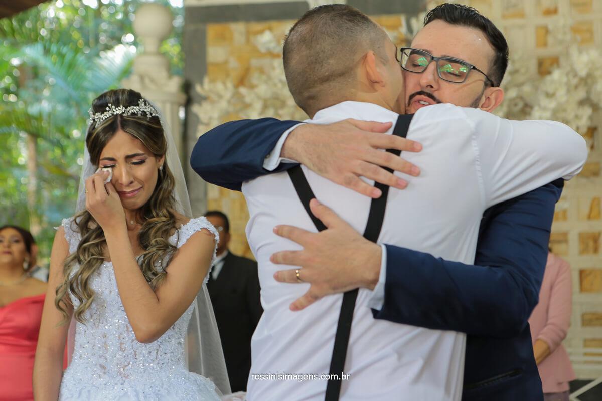 aquele abraço apertado dos padrinhos no noivo momento incrível, @RossinisImagens