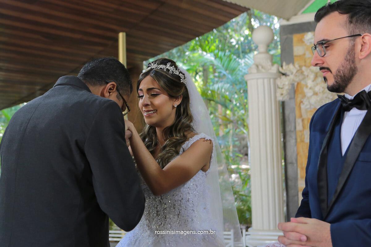 pai da noiva abraçando a filha no altar, @RossinisImagens