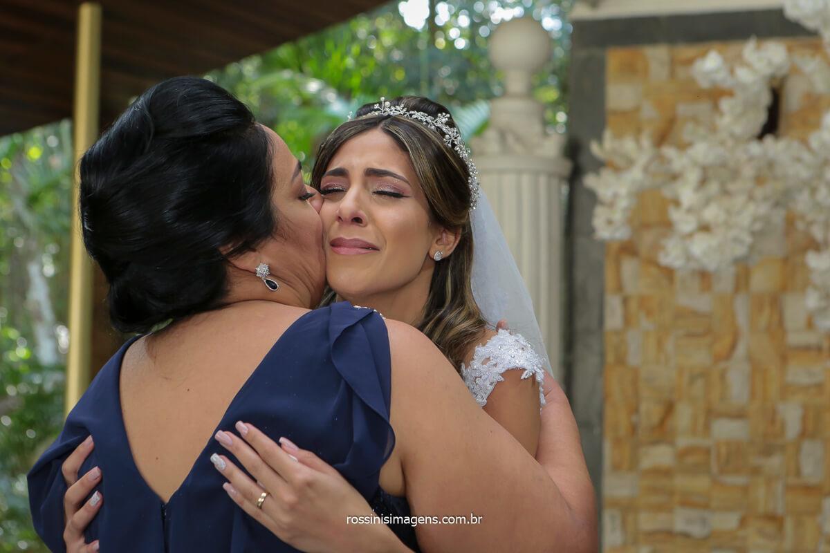 mãe beijando a filha no altar apos a cerimonia de casamento, @RossinisImagens no espaço balboa na serra da cantareira
