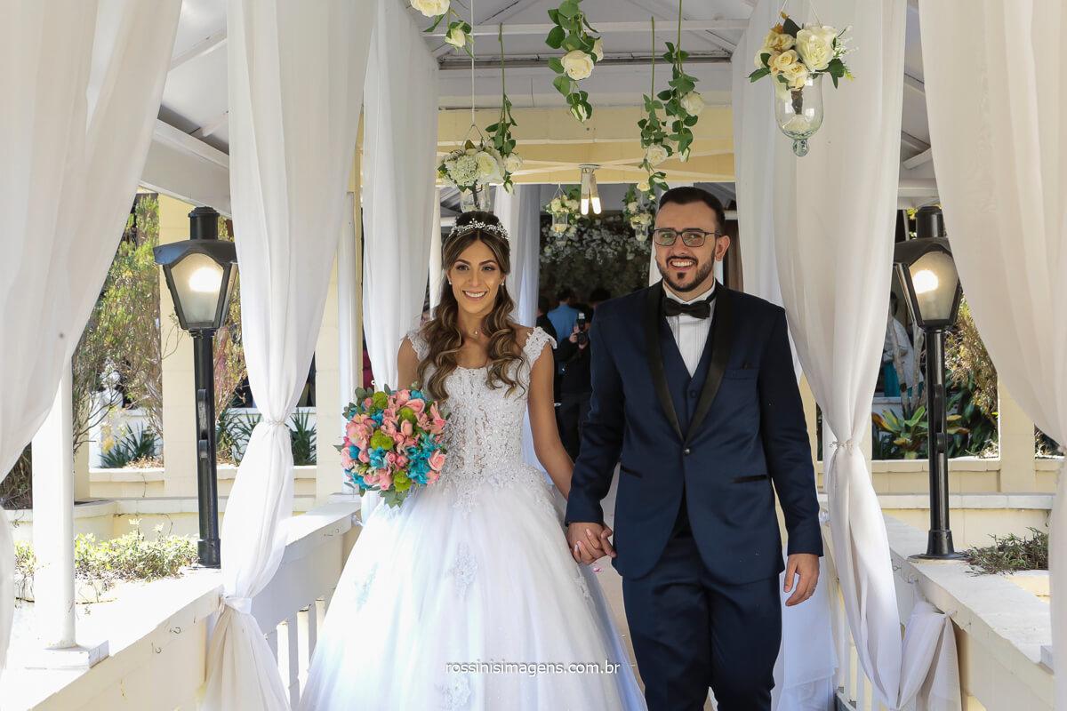 Saída dos noivos no corredor suspenso sob o lago, enfim casados, @RossinisImagens