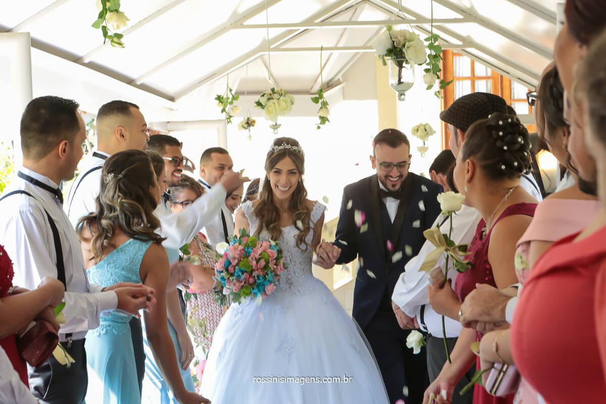 saída dos noivos com flores e pétalas voando , @RossinisImagens