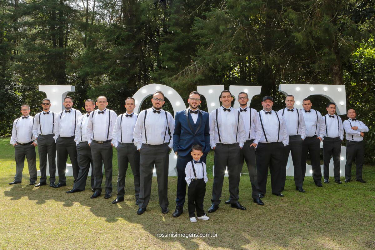 fotografia coletiva do noivo com o padrinhos no espaço balboa na serra da cantareira em Mairiporã sp , @RossinisImagens