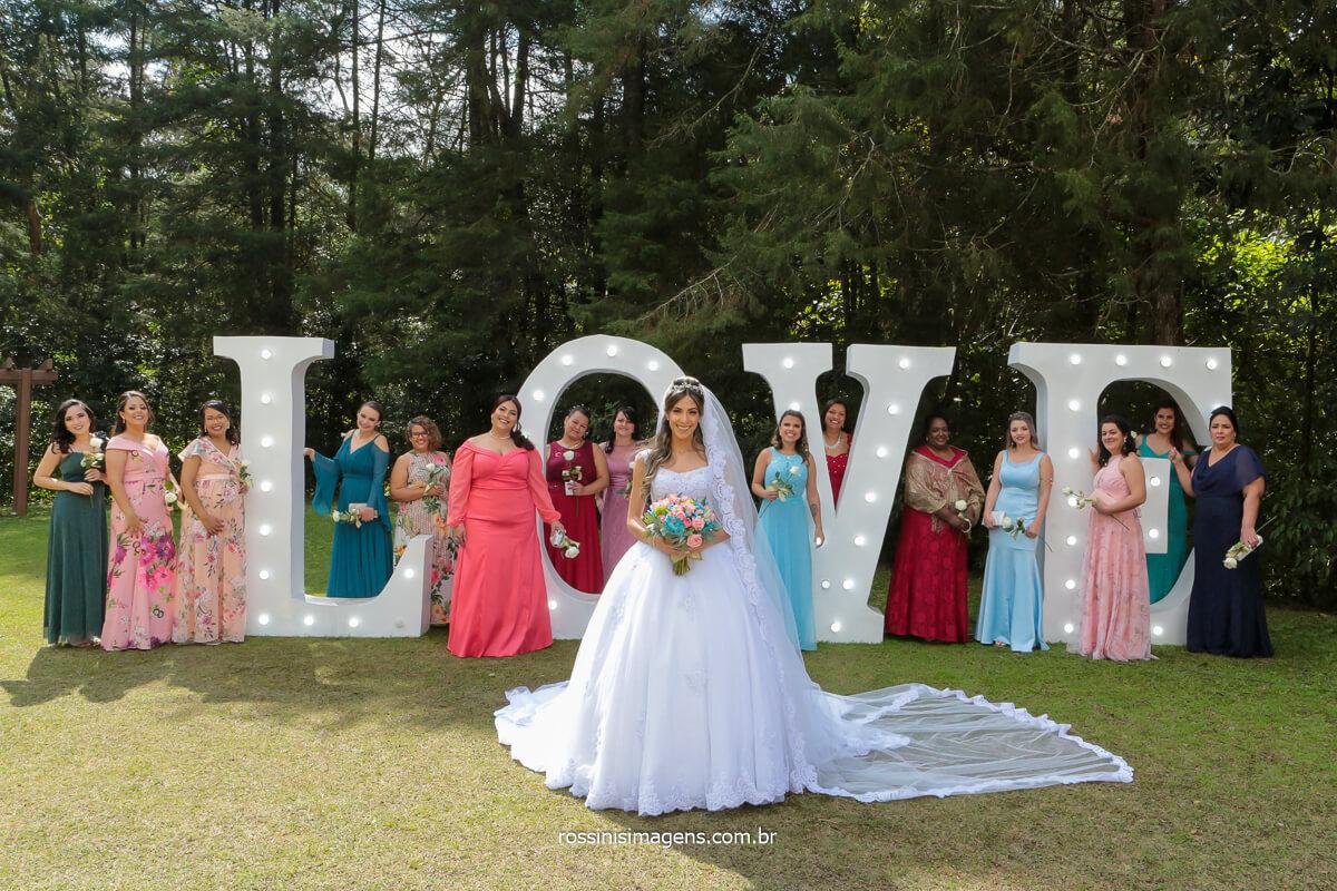 fotografia coletiva das madrinhas com a noiva em frente ao letreiro love, @RossinisImagens