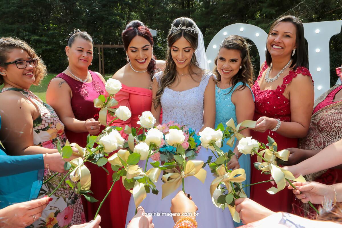 madrinhas juntas com a rosa branca na mão sorrindo junto com a noiva, @RossinisImagens