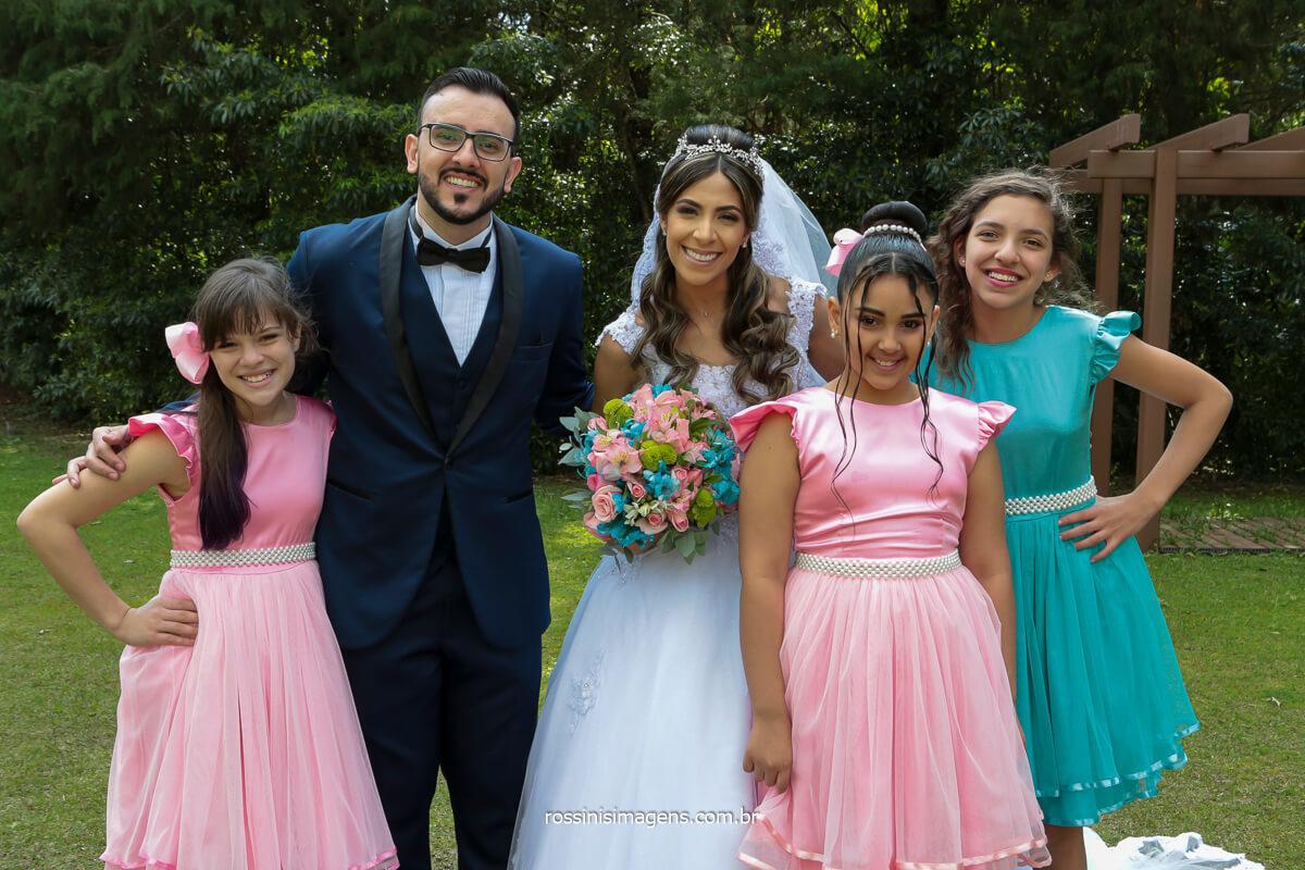 noivos com as crianças do cerimonial, daminha, florista, @RossinisImagens