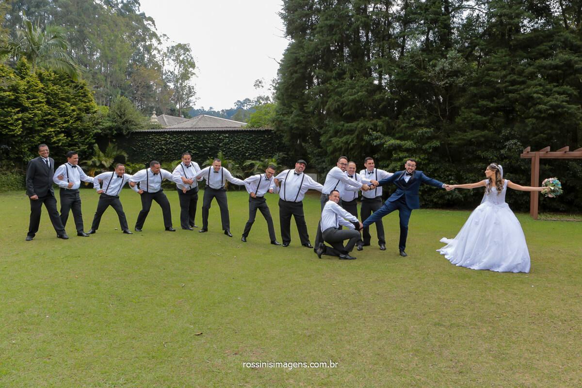 cabo de força no casamento padrinhos puxando o noivo e a noiva puxando o noivo do outro lado, @RossinisImagens