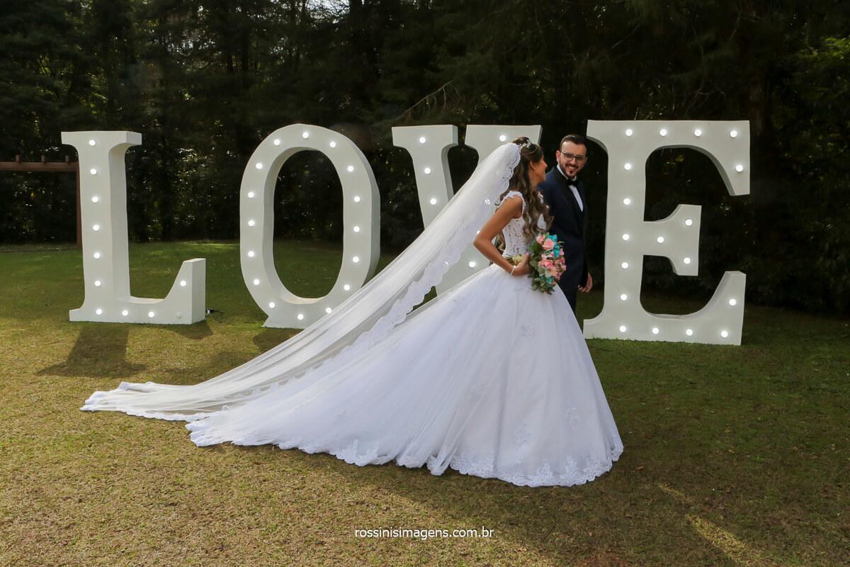 noivos caminhando enfrente ao letreiro love, fotografia de casamento no espaço balboa rossinis imagens, @RossinisImagens