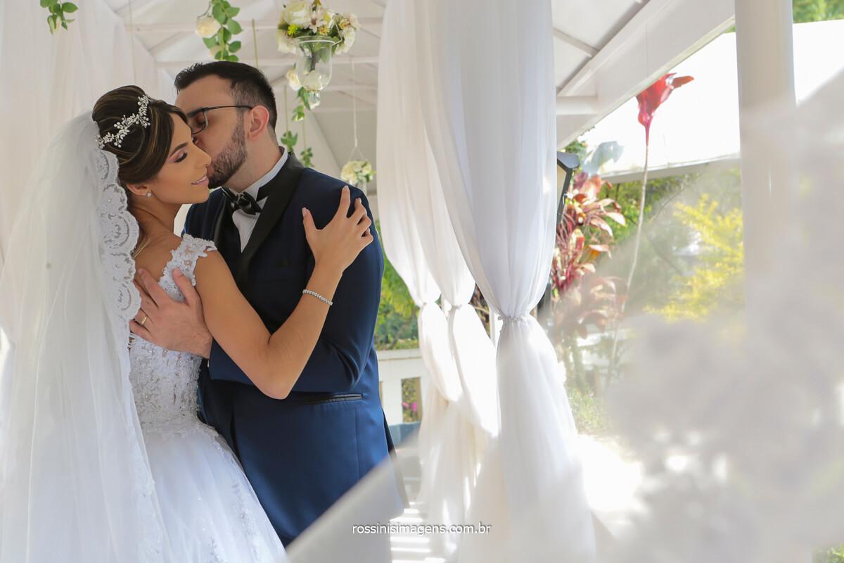 noivos abraçados em sessão de fotos no dia do casamento, @RossinisImagens