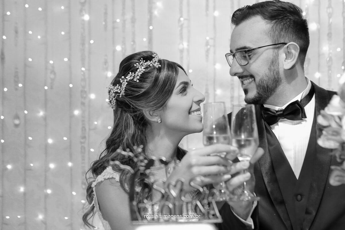 brinde dos noivos na mesa do bolo, brinde a vida, brinde a família, brinde ao casamento, @RossinisImagens