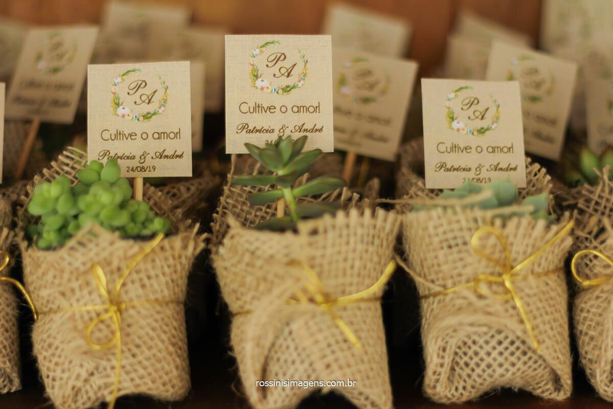 decoração e lembrancinha preparada pela noiva, suculentas em sacos de sisal, @RossinisImagens