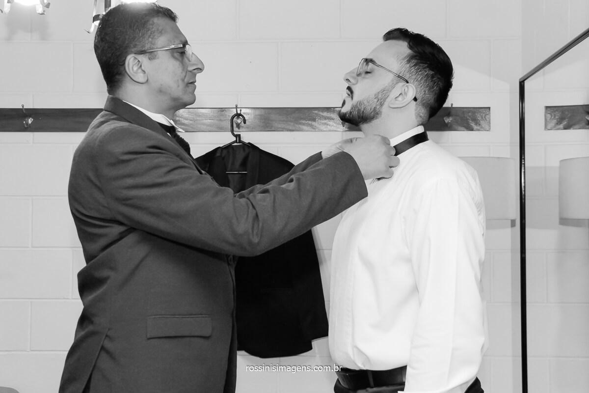 preparação do noivo para o casamento, colocando o gravata, @RossinisImagens