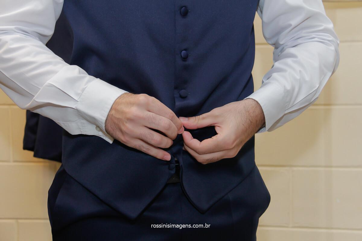 noivo colocando o colete azul, @RossinisImagens