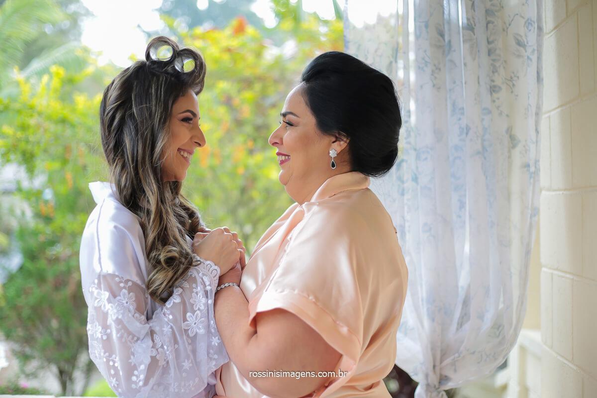 noiva e mãe com robes personalizados juntas antes do casamento, @RossinisImagens