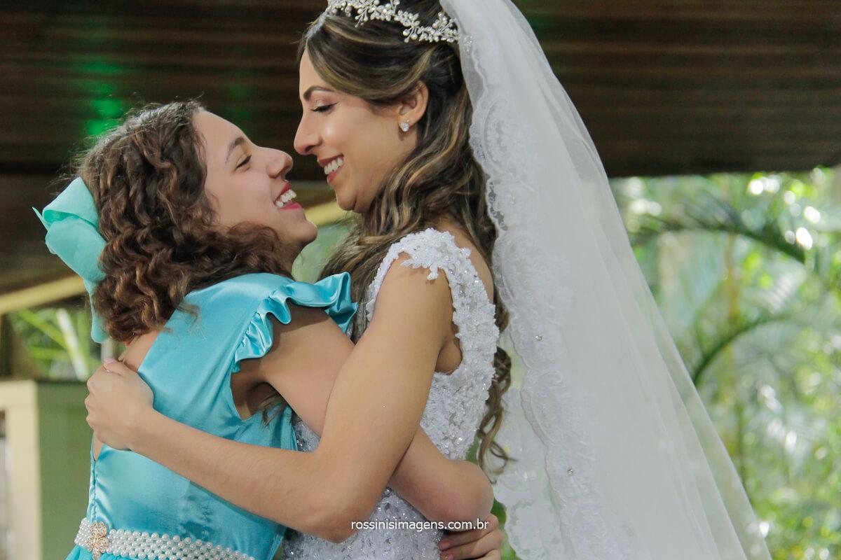 abraço delicado e com muito amor da daminha na noiva, @RossinisImagens