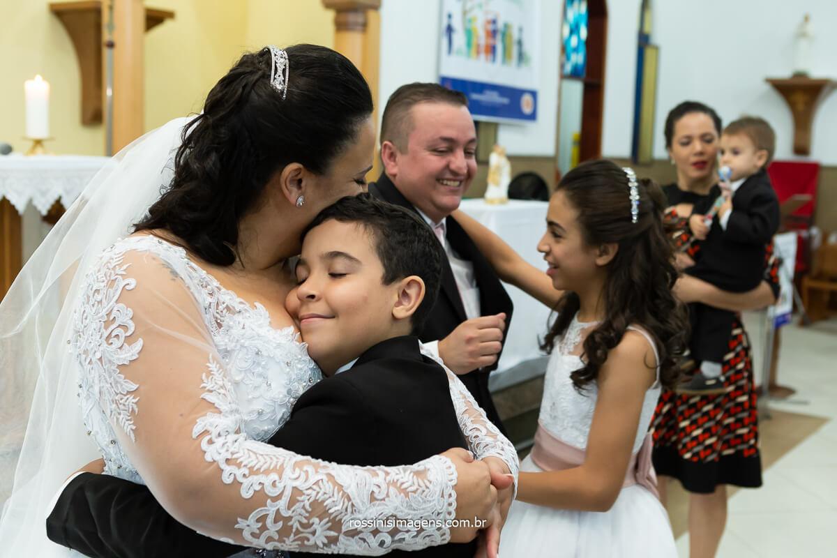 emoção e alegria no casamento da Daniela e Sandro, filhos do casal, casamento na igreja @RossinisImagens