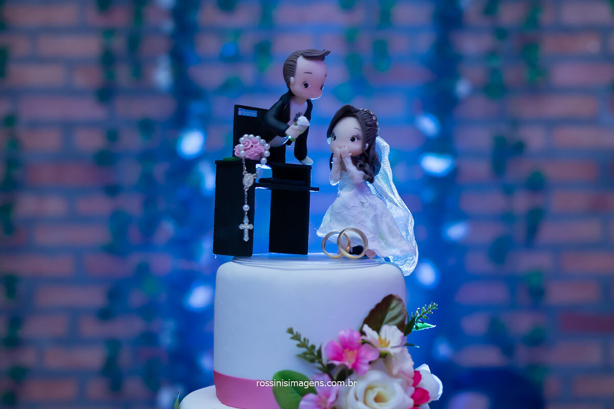alianças do casamento e topo de bolo, noivinhos