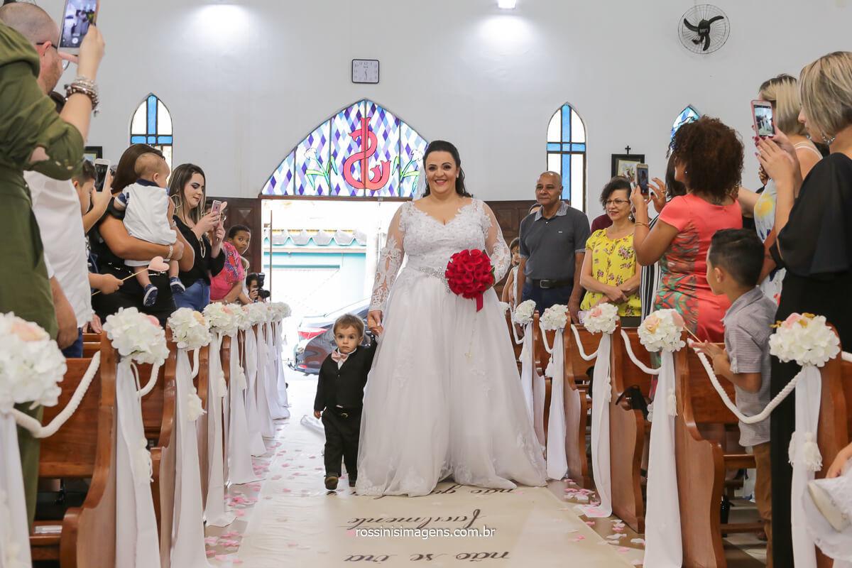 momento sensacional entrada da noiva acompanhada de seu filho mais novo, emocionando todos os presentes, @RossinisImagens