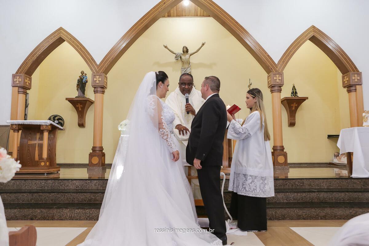 momento de oração dos noivas com o padre Eduardo na Paroquia São José na Vila Varela - poá-SP, @RossinisImagens