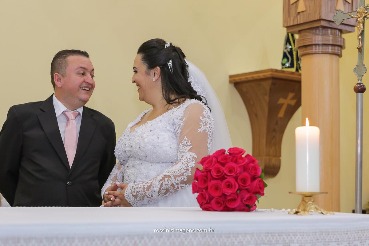 noivos se olhando no altar, @RossinisImagens