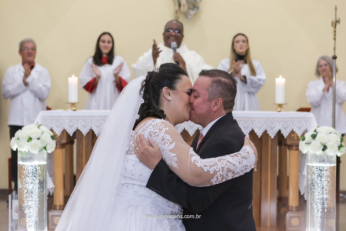 primeiro beijos, first kiss, casamento em poa, Casamento na Igreja, Casamento em igreja, @RossinisImagens