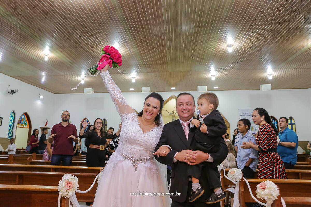 saida dos noivos Daniela e Sandro Casados na Paroquia São José na Vila Varela em Poá-SP, @RossinisImagens
