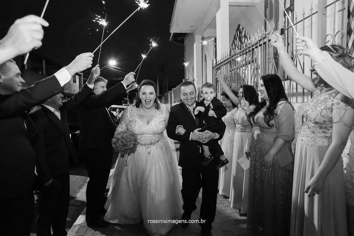 Saída dos noivos da cerimonia de casamento em poa e muita comemoração com sparkles e assessoria de Pamela Salzgeber e @RossinisImagens