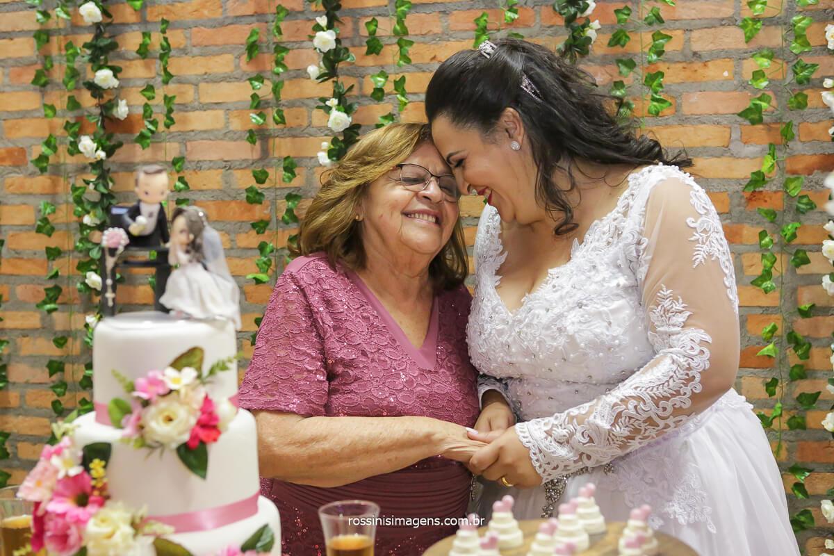 vó Zefinha e noiva na mesa do bolo, casamento em poá, @RossinisImagens
