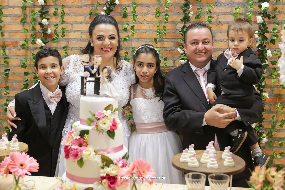fotografia de família, na mesa do bolo, noivos e filhos, @RossinisImagens