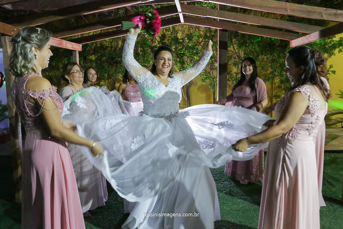 madrinhas balançando o vestido da noiva, @RossinisImagens