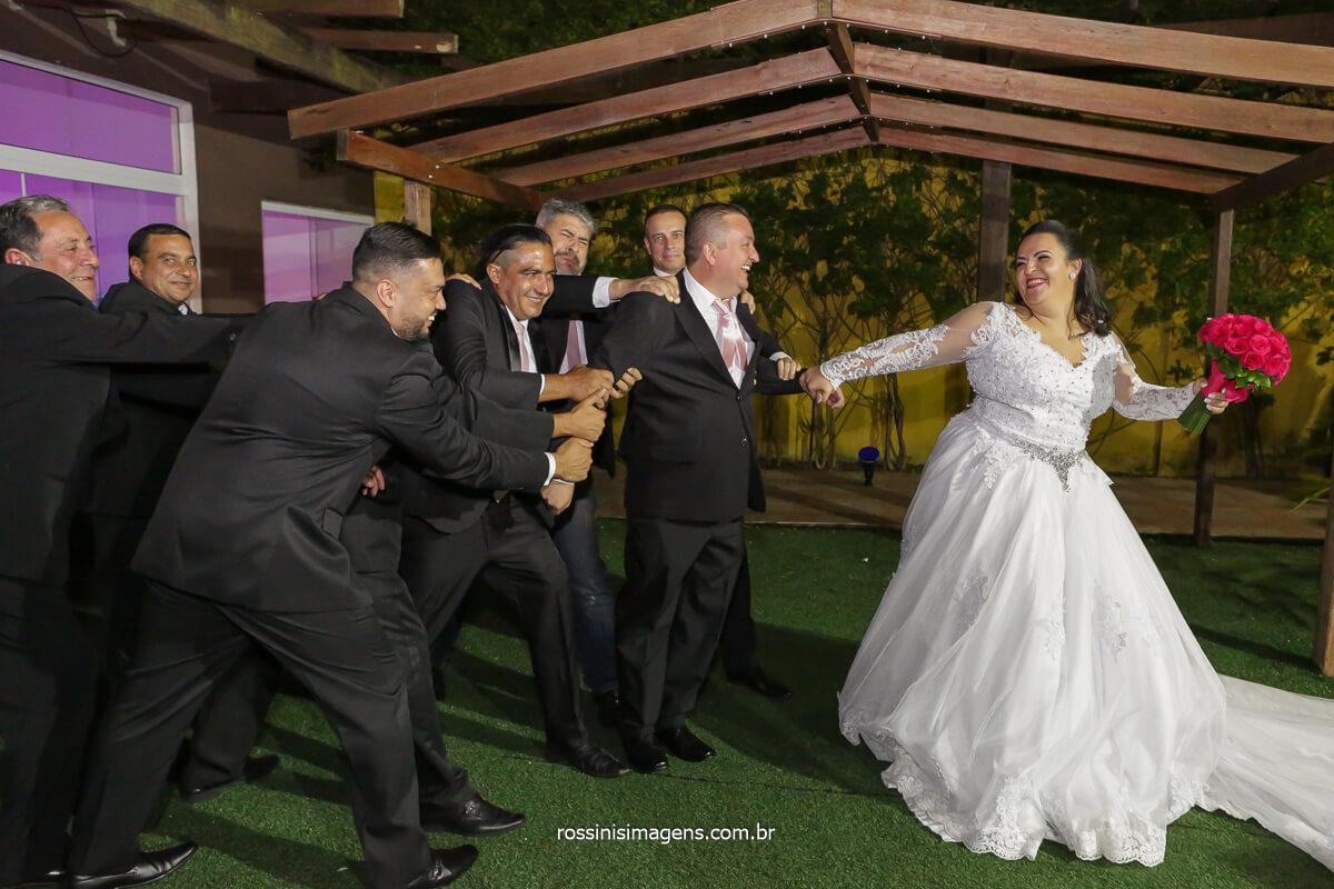noiva puxando o noivo dos padrinhos, @RossinisImagens