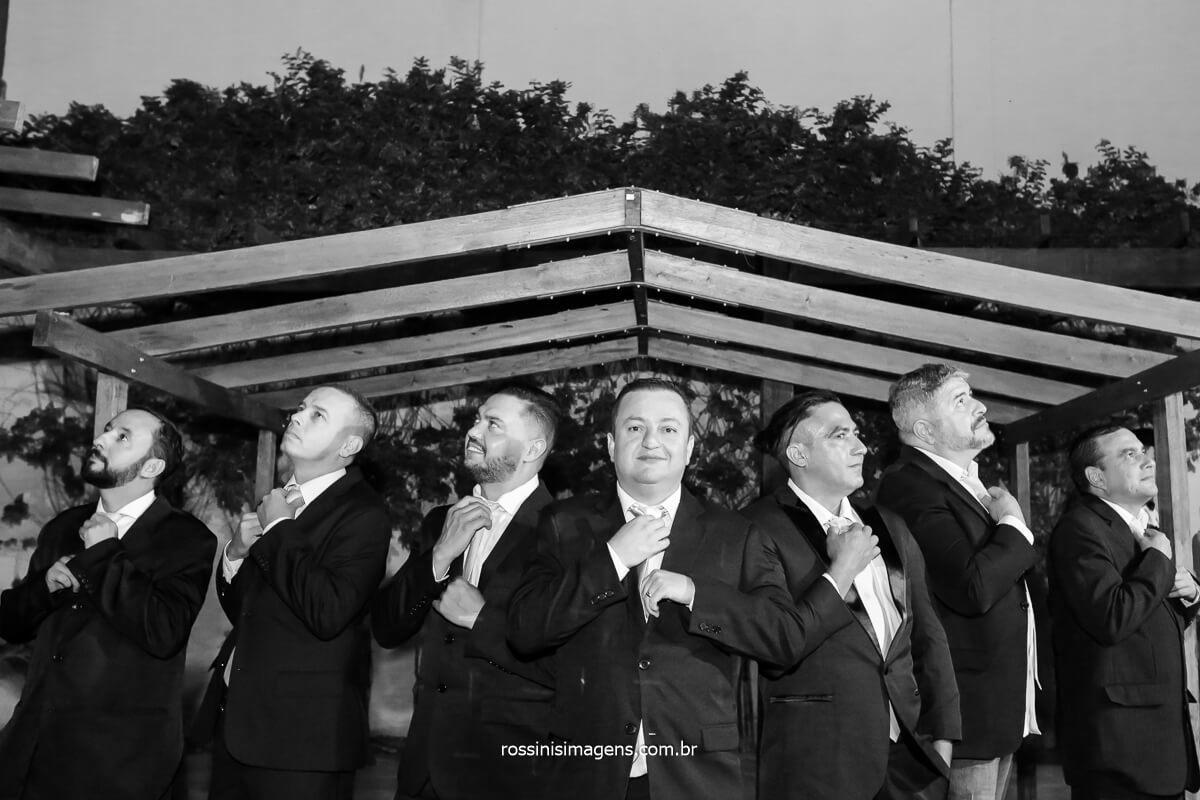 fotografia coletiva padrinhos com o noivo arrumando a gravata, @RossinisImagens