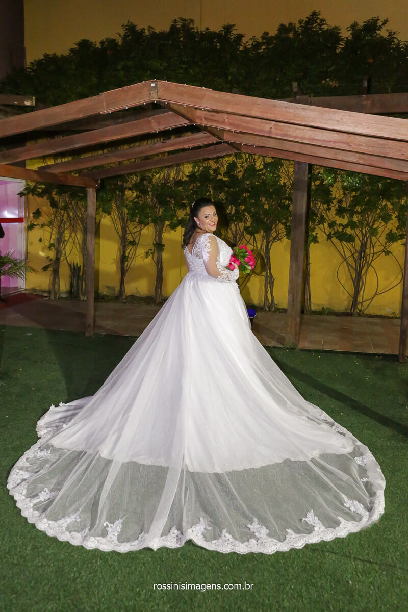 noiva com o buquê e o vestido branco, @RossinisImagens