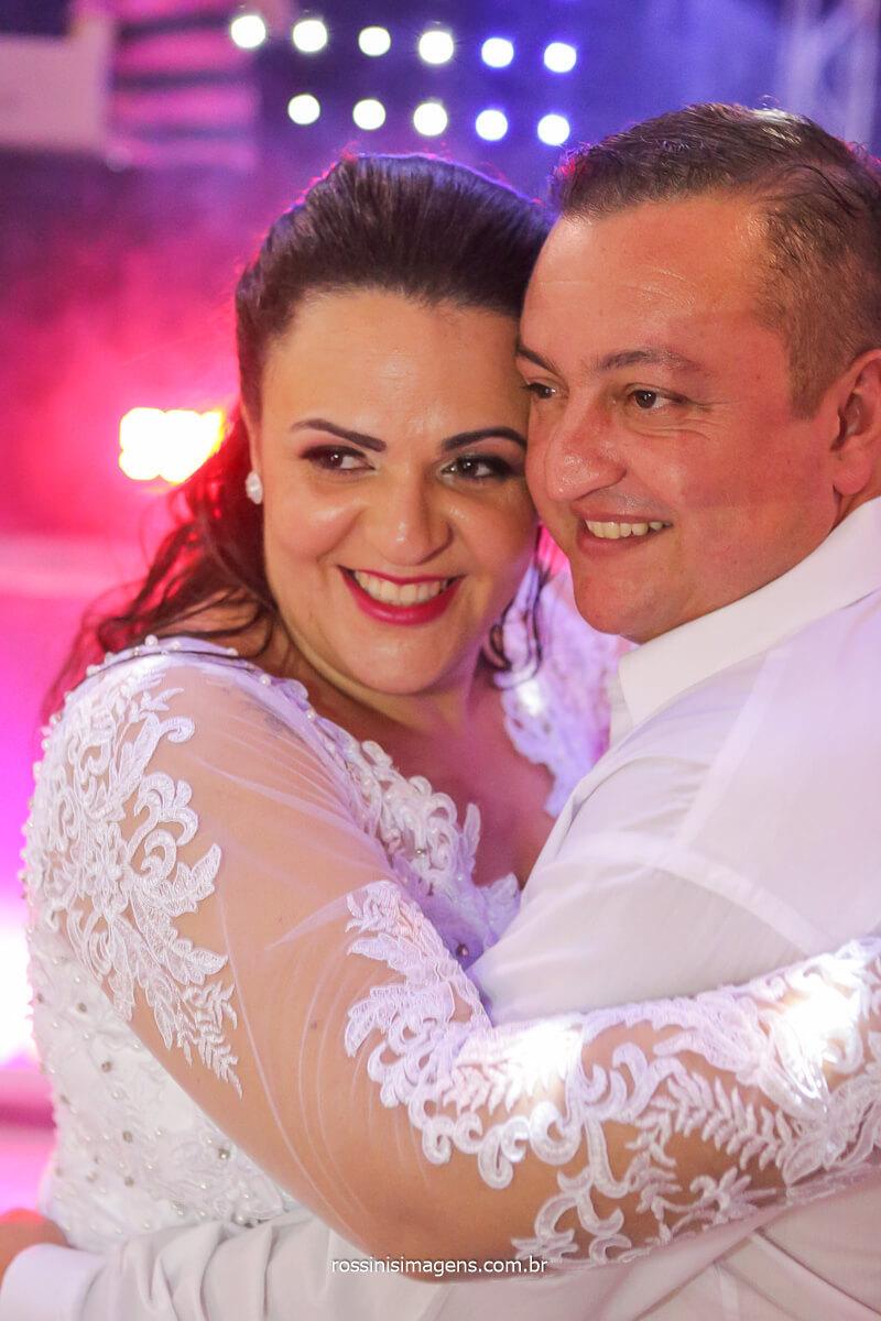casal dançando na balada do casamento em poá sp, @RossinisImagens