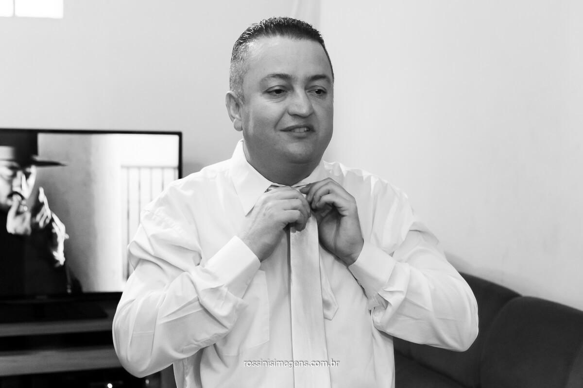 noivo Sandro colocando gravata, dia do noivo, making of, casamento em poa na vila varela,   @RossinisImagens